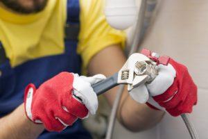 האינסטלטור המקצועי מומחי חידוש הצנרת חכמים עם רישיון והסמכה שיודעים לאתר נזילות וצנרת רקובה תוך כדי החלפת הניאגרה בשירותים