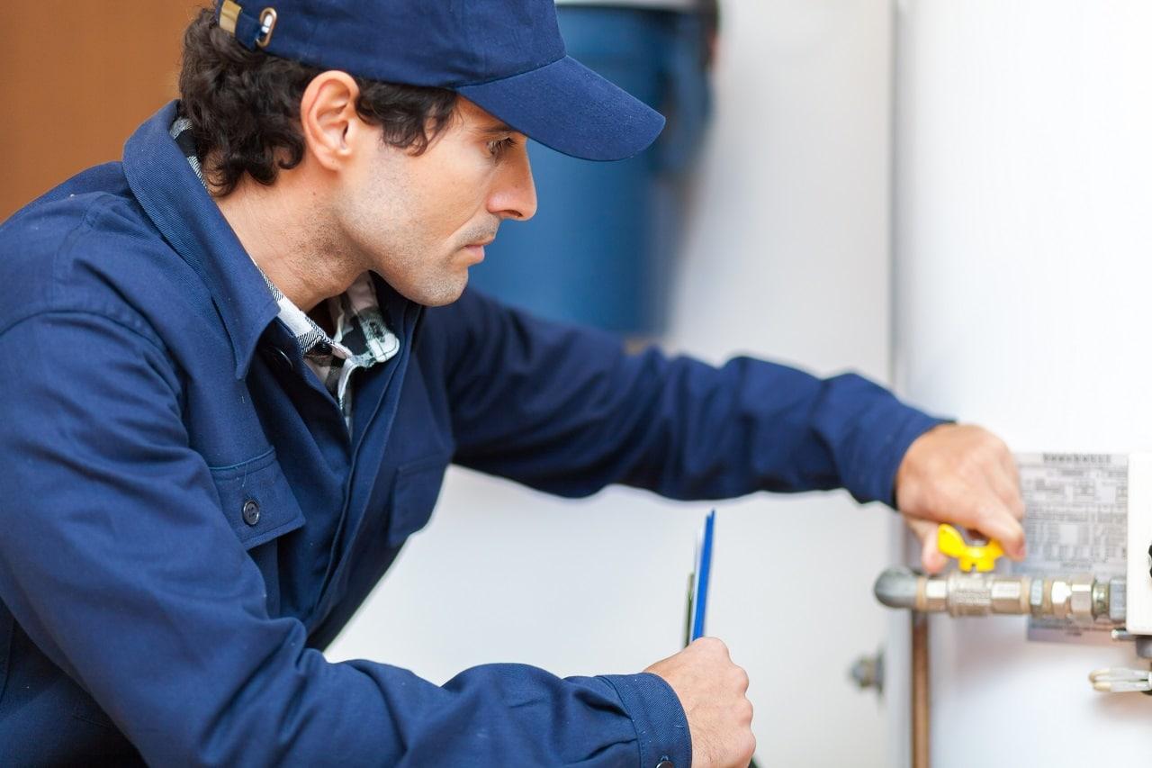 האינסטלטור המקצועי האינסטלטורים המתקנים מנוסים עם כלי עבודה מקצועיים שיודעים לאתר בעיות ניאגרה בביוב תוך כדי שיפוץ השירותים והצנרת